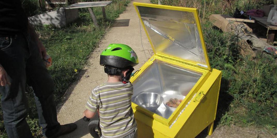 Cuisiner au four solaire dans un jardin partagé parisien